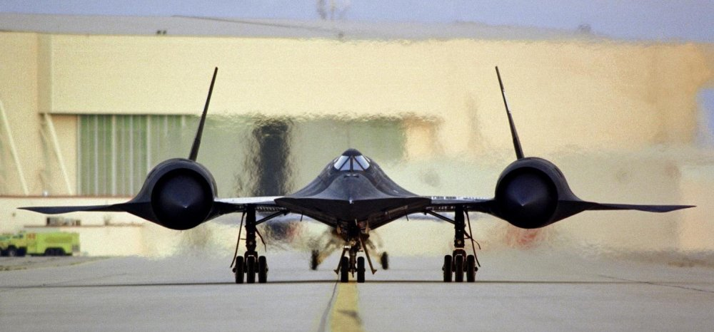 sr-71_taxi_on_ramp_with_engines_powered_up.jpg