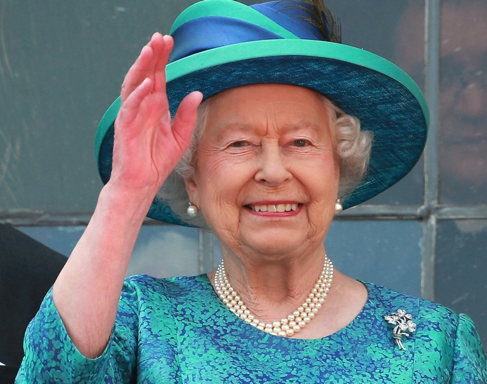 Queen-Elizabeth-Waving.jpg